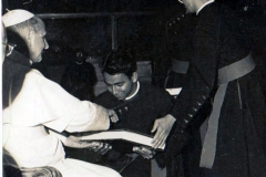 07 Receiving prize from Pope Paul VI in 1966 as a seminarian of Propaganda college copy
